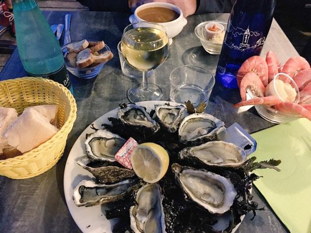 Manger des fruits de mer chez Huguette à Andernos. Photo de Poupimali