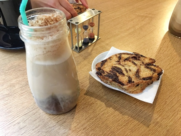 Pour le goûter, thé café tchaï au Books and Coffee à Bordeaux